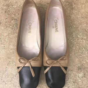 CHANEL TAN/BLACK LEATHER FLATS
